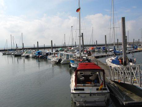 Boote am Anleger des Yachthafens Baltrum