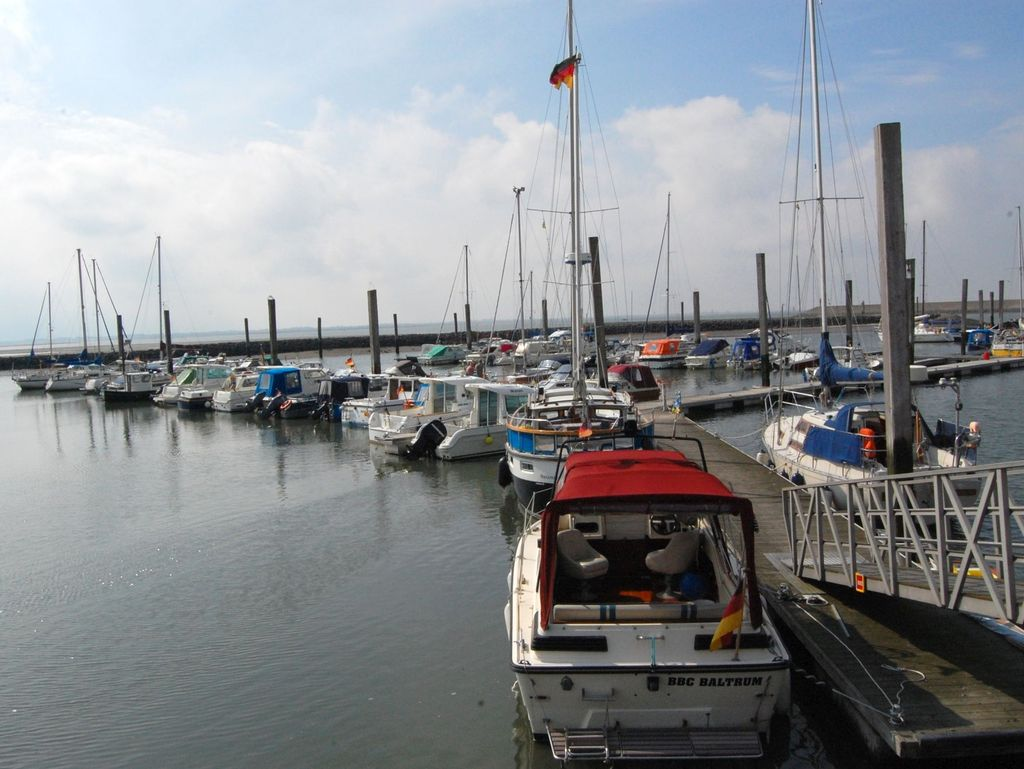 Boote am Anleger des Yachthafens Baltrum