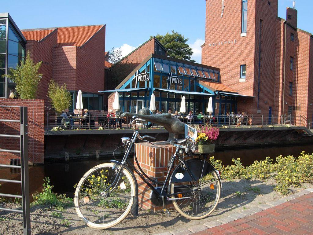 Ein Fahrrad vor der Kunsthalle in Emden