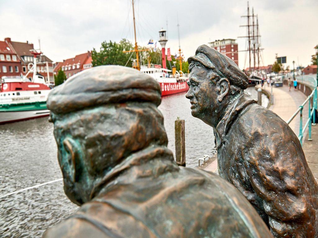 """Die Bronzefiguren """"Emdener Delftspucker"""" am Delft von Emden"""