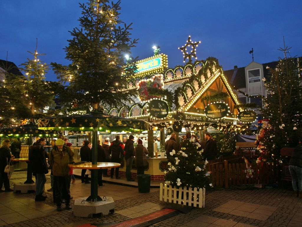 Beleuchteter Stand auf dem Weihnachtsmarkt in Aurich