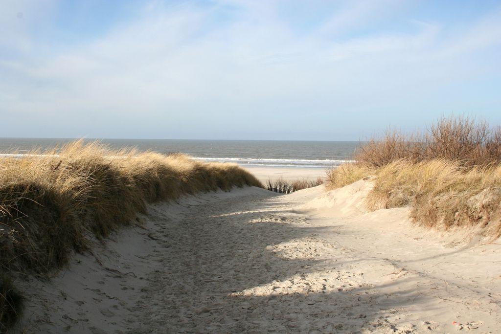 Sandweg zum Strand mit Ausblick auf die Nordsee und den Strand von Juist