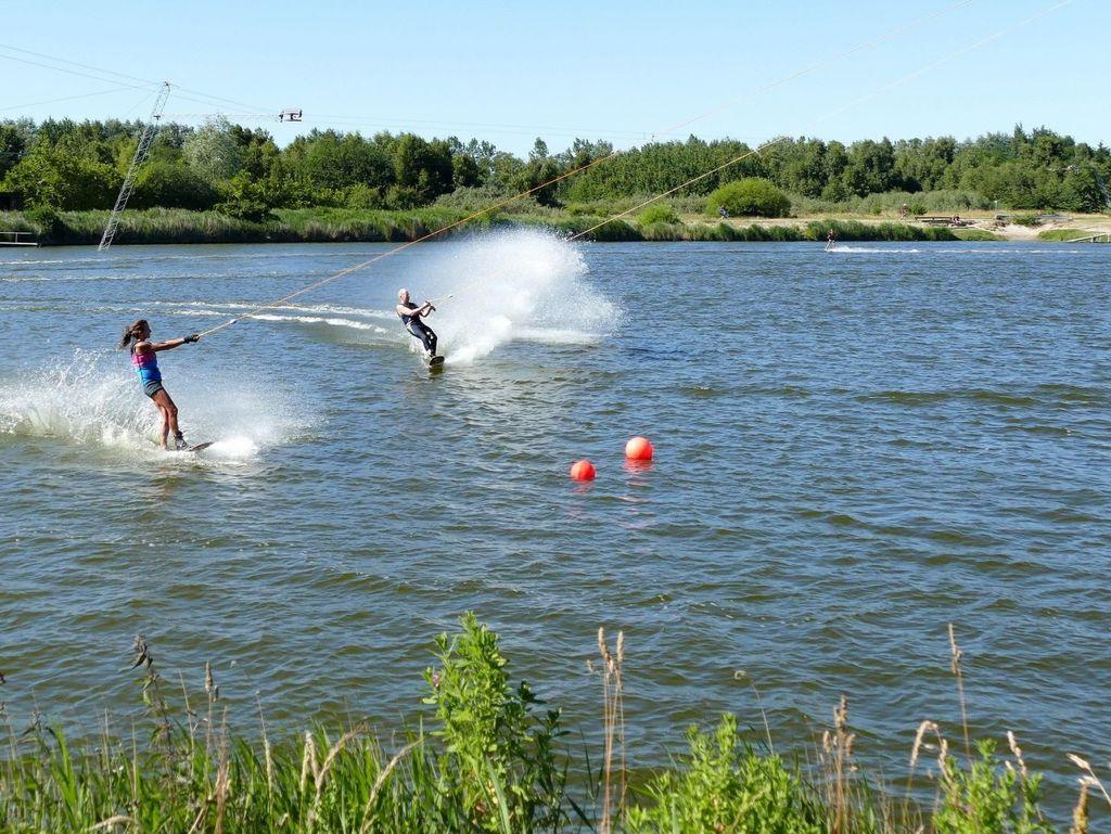 Wasserskifahrer lassen sich über das Hooksieler Binnetief ziehen
