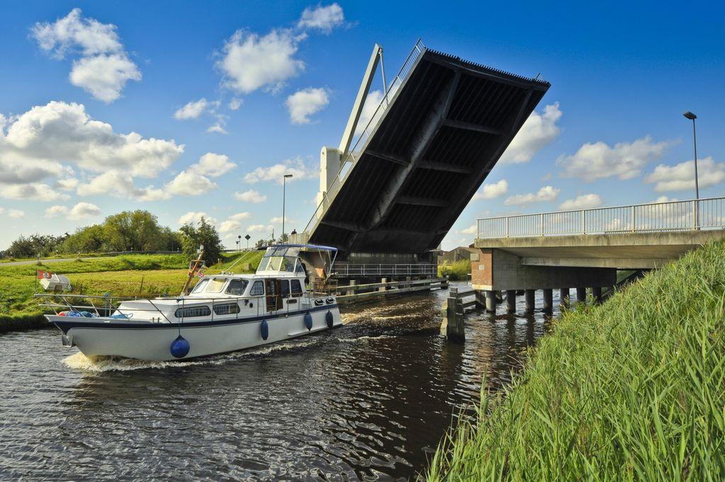Ein Boot durchfährt die geöffnete Bangsteder Brücke