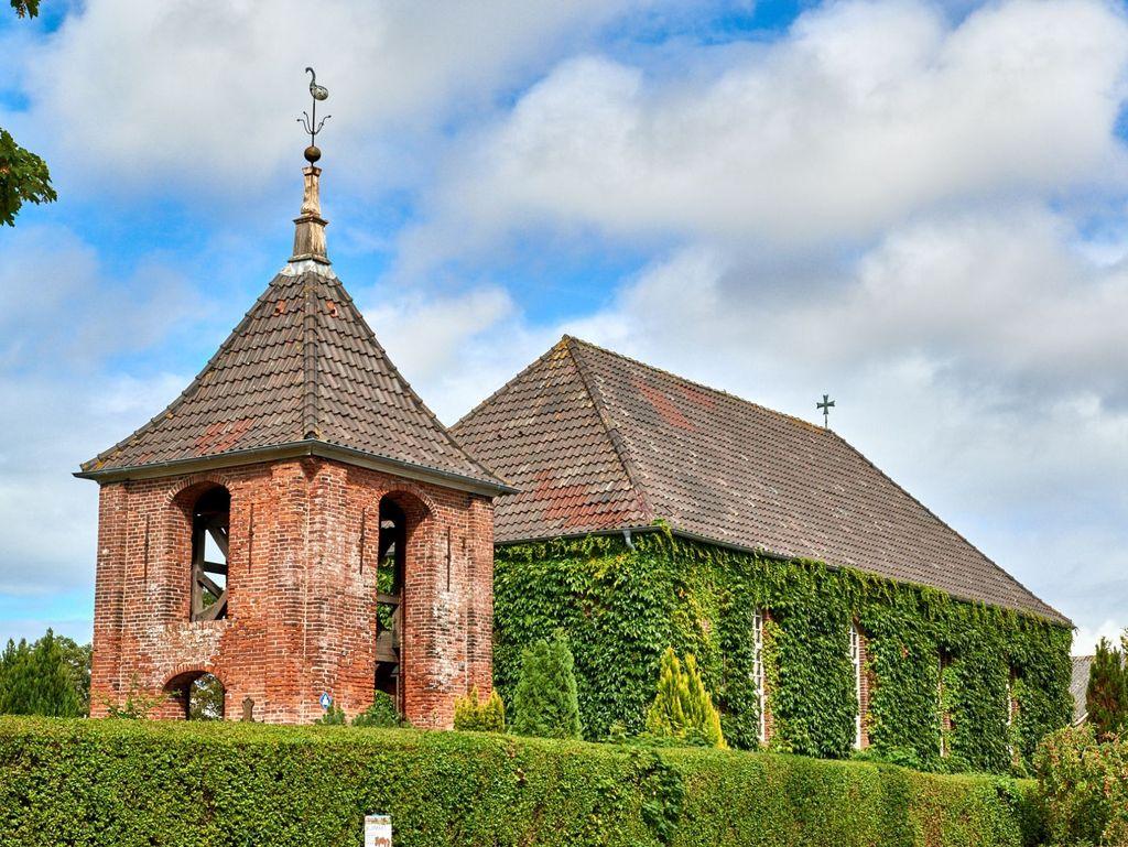 Blick von außen auf die Deichkirche Carolinensiel