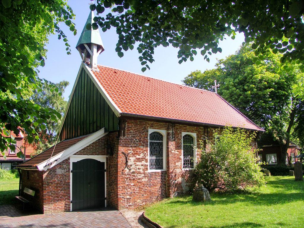 Sonnenschein über der alten Inselkirche auf Spiekeroog