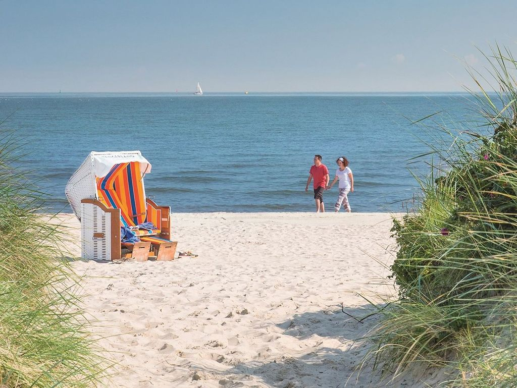 Ein Paar läuft entlang des Strandes