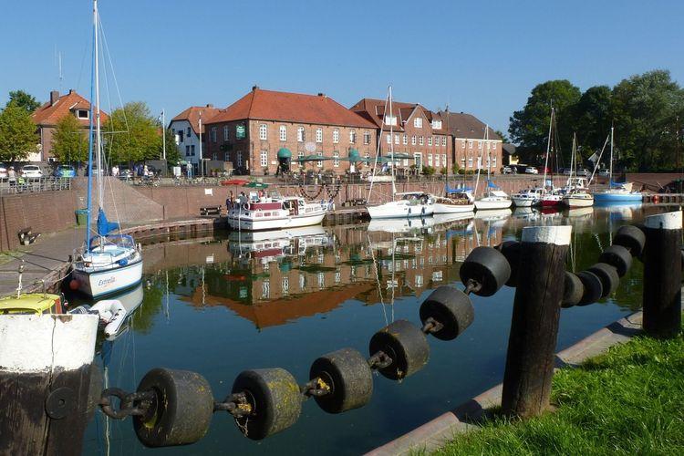 Boote liegen im alten Hafen von Hooksiel