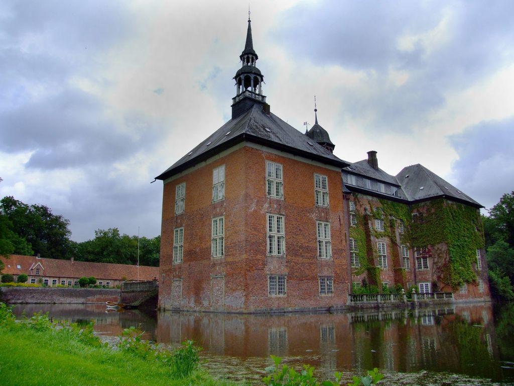Außenansicht des Schloss Gödens mit bedecktem Himmel