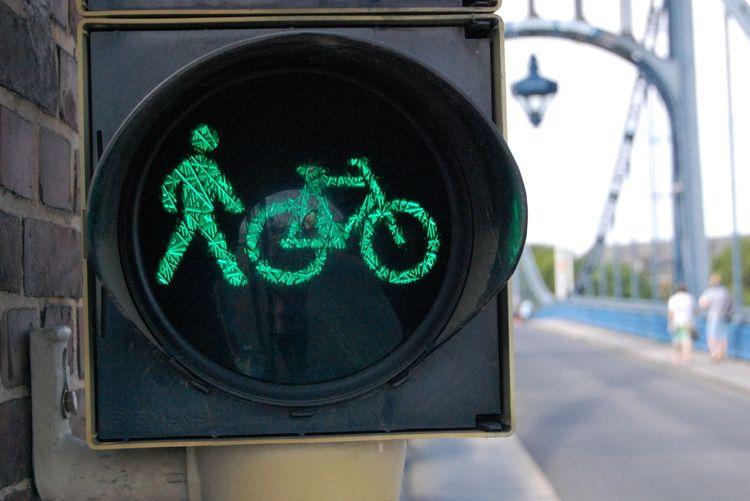 Nahaufnahme einer Fahrradampel vor der Kaiser-Wilhelm-Brücke in Wilhelmshaven