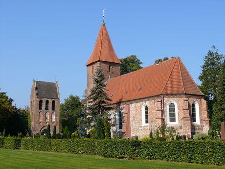 Außenansicht der St. Ulrichs-Kirche in Rastede