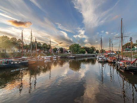 Der Kutterhafen von Carolinensiel bei Sonnenuntergang