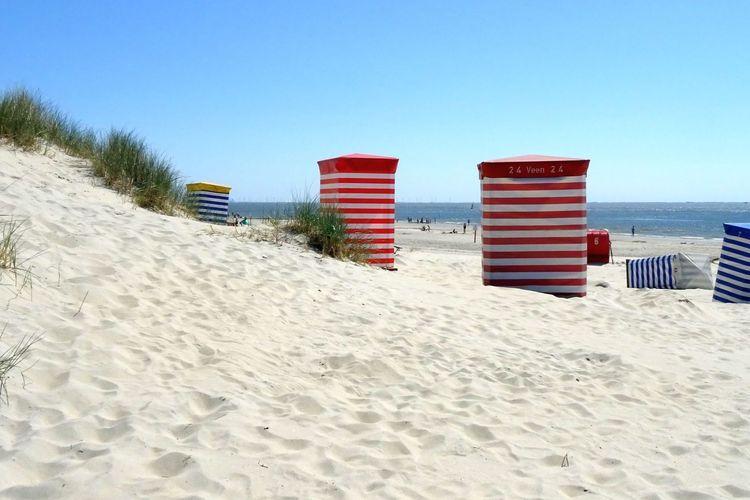 Strandkörbe am Sandstrand auf Borkum