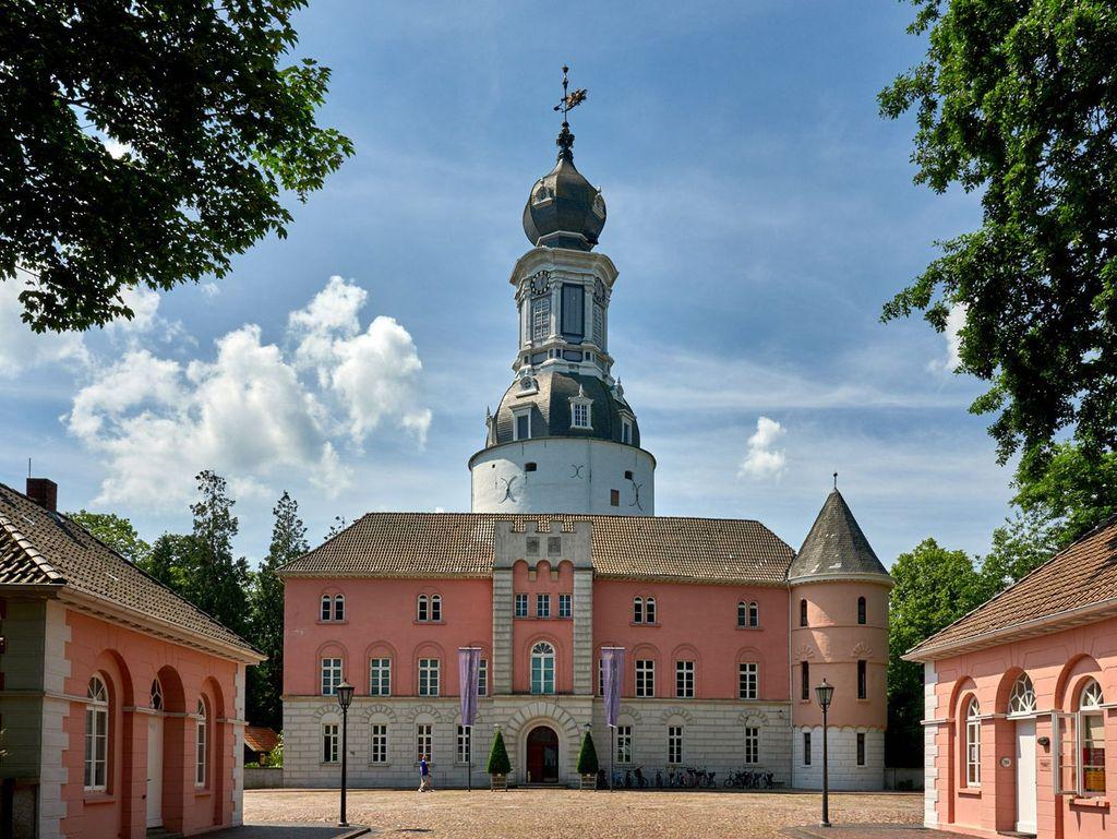 Blauer Himmel über dem Schlossturm von Jever