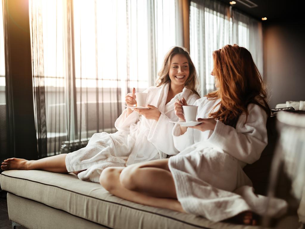 Zwei Frauen im Bademantel bei einer Wellness-Auszeit