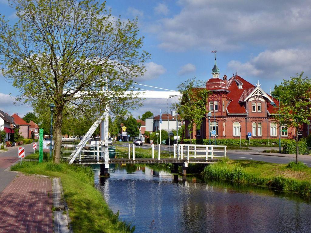 Weiße Holzklappbrücke über Fehnkanal vor dem Fehn-und Schiffahrtsmuseum