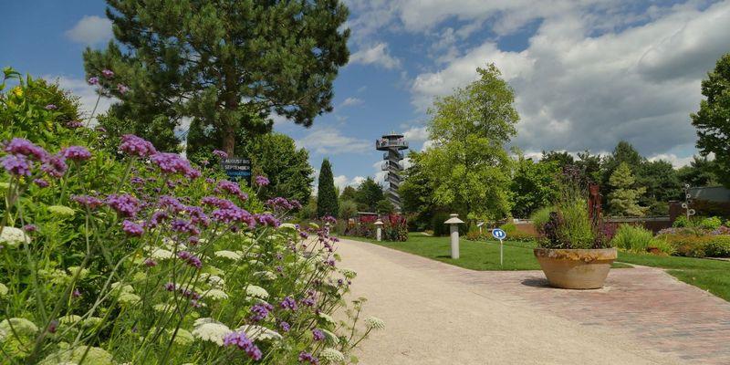 Aussichtsturm im Hintergrund im Park der Gärten in Bad Zwischenahn