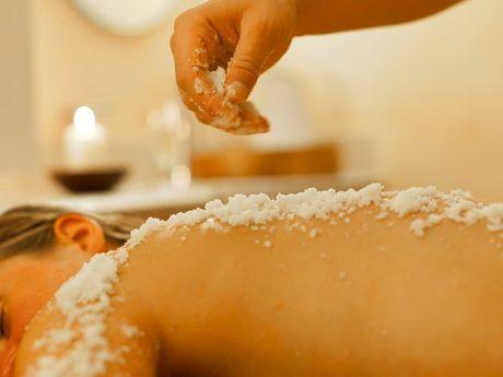Thalassobehandlung mit Salz bei Frau