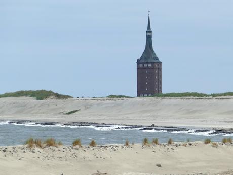 Westturm auf Wangerooge mit Strand im Vordergrund