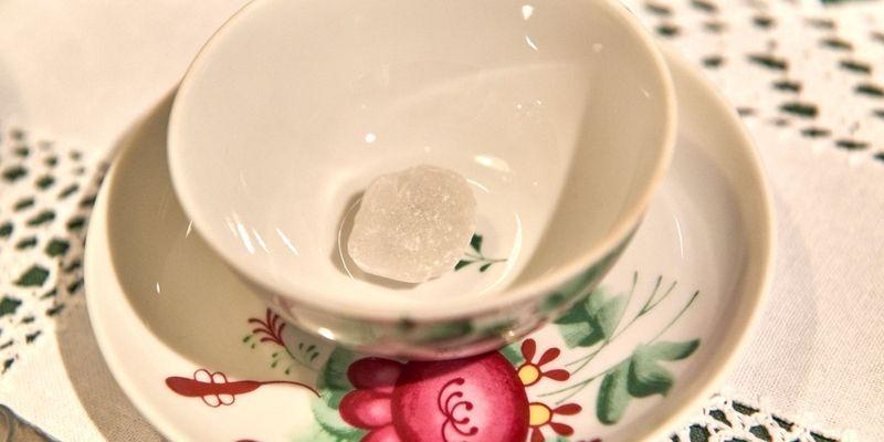 Bünting Teezeremonie in Leer, ein Kluntje wird in die Tasse gegeben