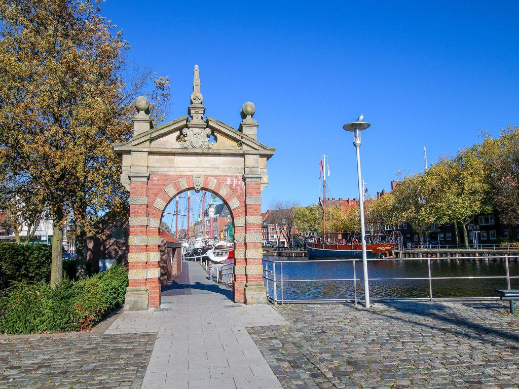 """Blick auf den Torbogen """"Hafentor"""" in Emden"""