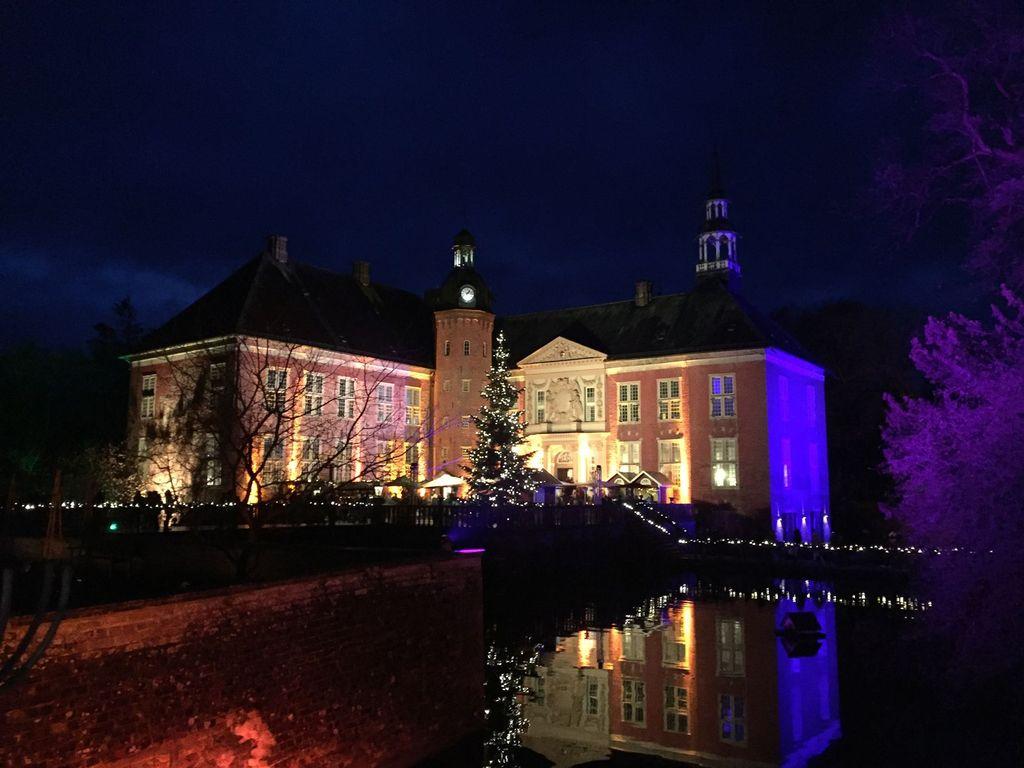 Das weihnachtlich dekorierte und beleuchtete Schloss Gödens am Abend
