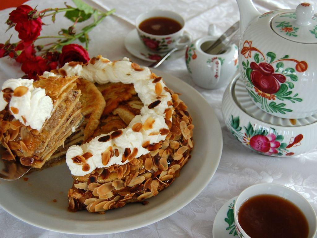 Eine traditionelle Knüppeltorte auf einer für die Teezeremonie gedeckten Teetafel