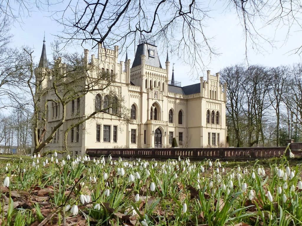 Blühende Maiglöckchen im Evenburg-Park im Frühling
