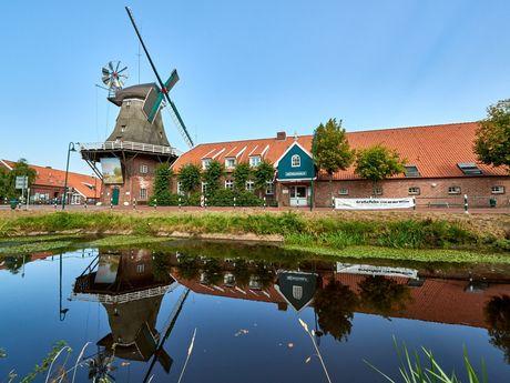 Blick über den Kanal zur Mühle in Großefehn