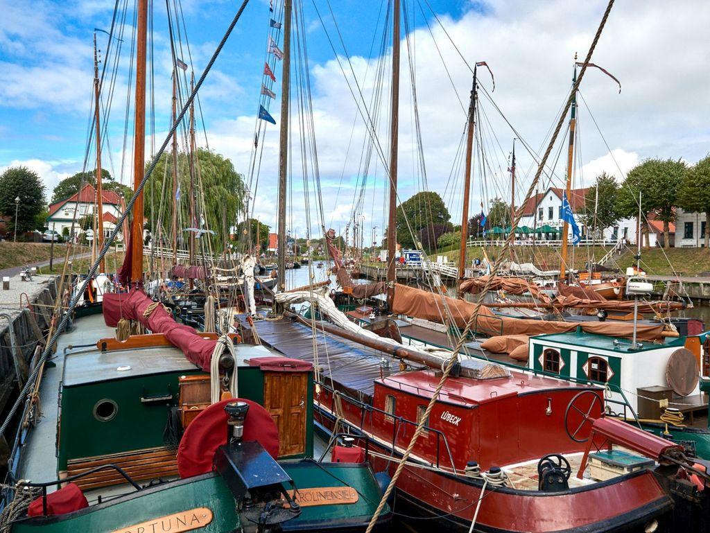 Boote liegen im Hafen von Carolinensiel