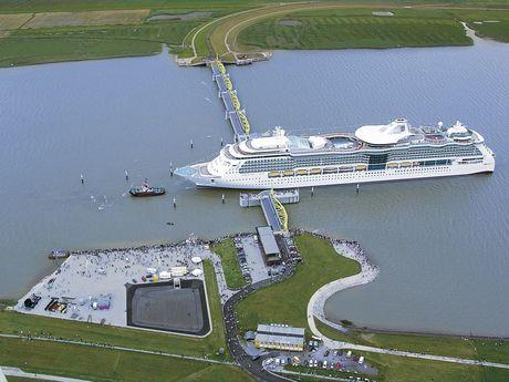 Luftaufnahme der Durchfahrt des Kreuzfahrtschiffes Serenade of the Seas von der Meyerwerft