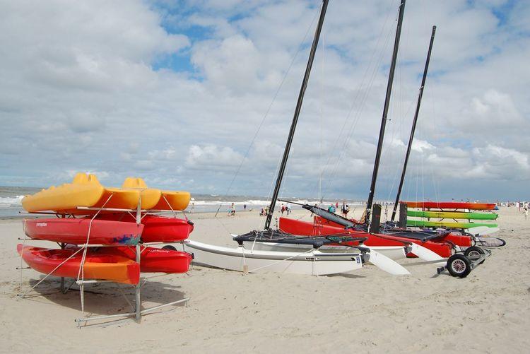 Kajaks am Sandstrand auf Baltrum