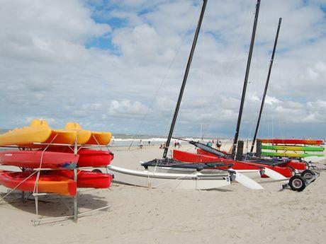 Bunte Kajaks im Sand am Strand von Baltrum