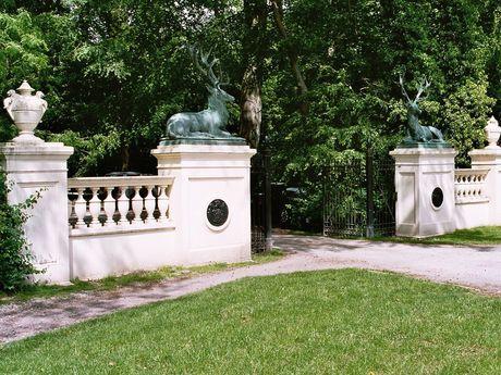Das Hirschtor mit Bronzehirschen auf den Eckpfeilern am Eingang des Schlossparkes