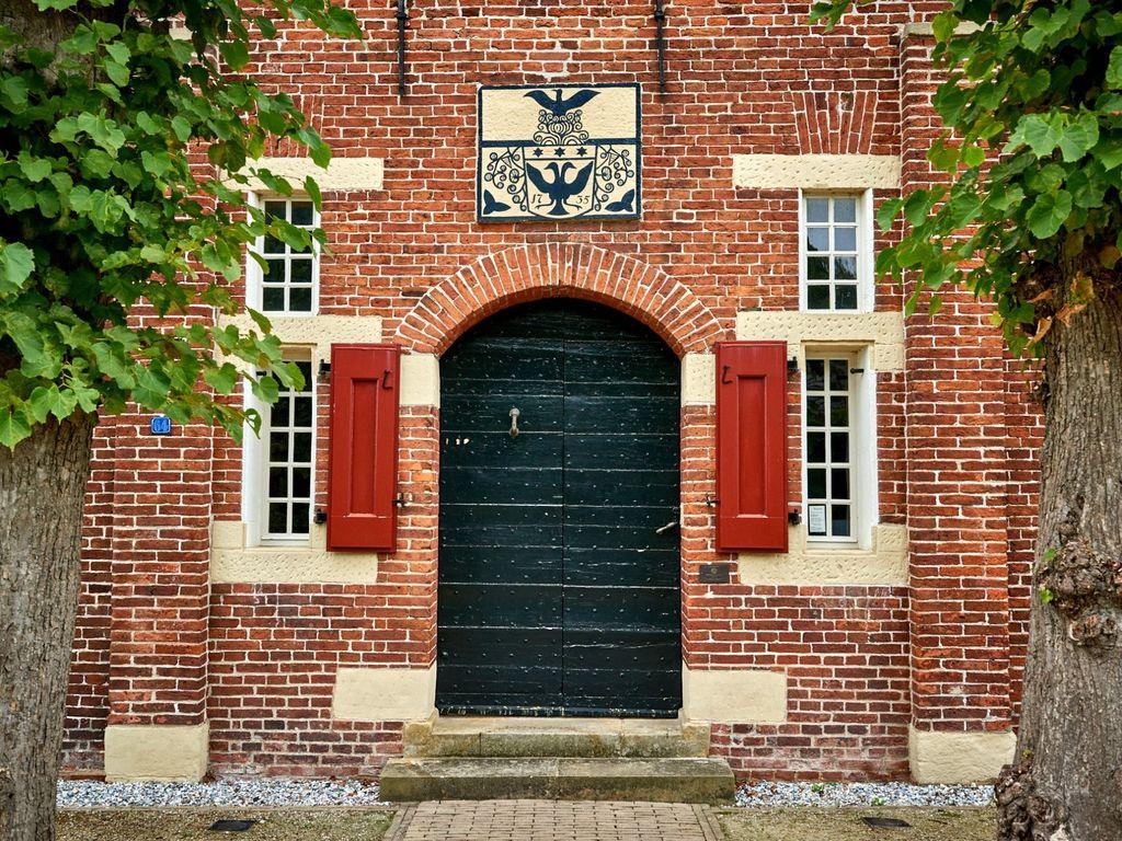 Die alte Tür und das Wappen über dem Steinhaus Bunderhee
