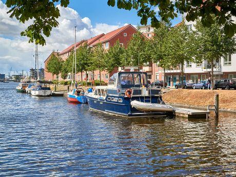 Kleine Boote liegen im Hafen von Emden