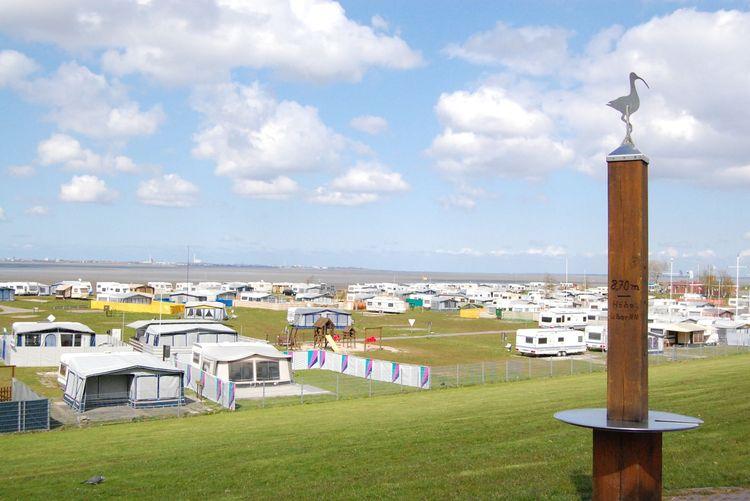 Wohnmobile und Wohnwägen auf dem Campingplatz in Dangast