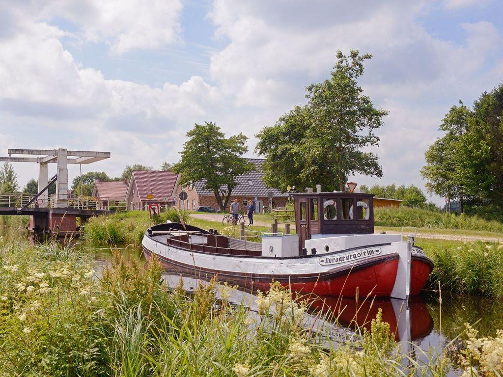 """Das Schiff """"Ella"""" im Kanal in Uplengen"""