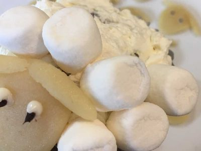 Die Wolle der Schafe wird durch kleine Marshmallows dargestellt