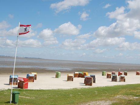 Viele Bunte Strandkörbe auf dem Sandstrand bei Dangast