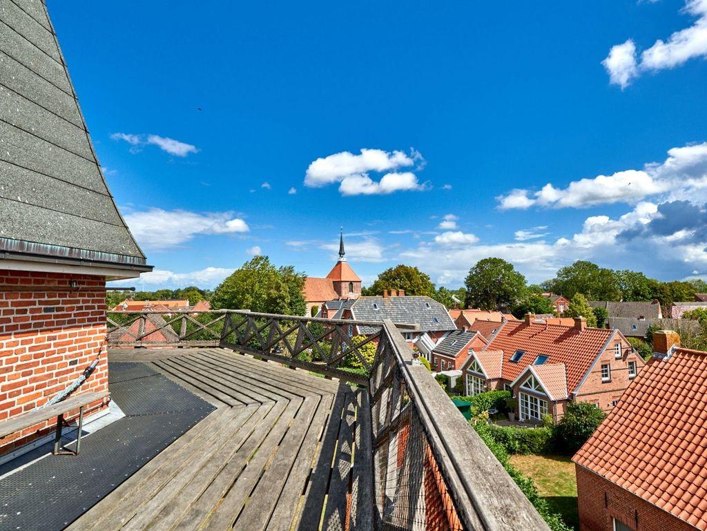 Blauer Himmel und Ausblick über Rysum von der Galerie der Rysumer Mühle