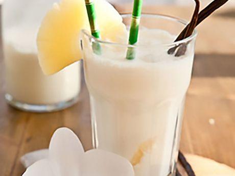 Ein Glas mit dem Milchgetränk PinaKuLada