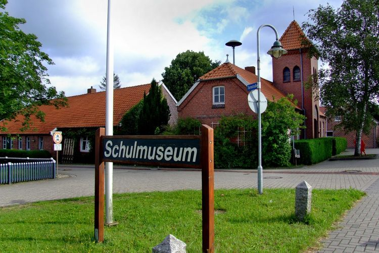 Schild vom Schulmuseum in Folmhusen