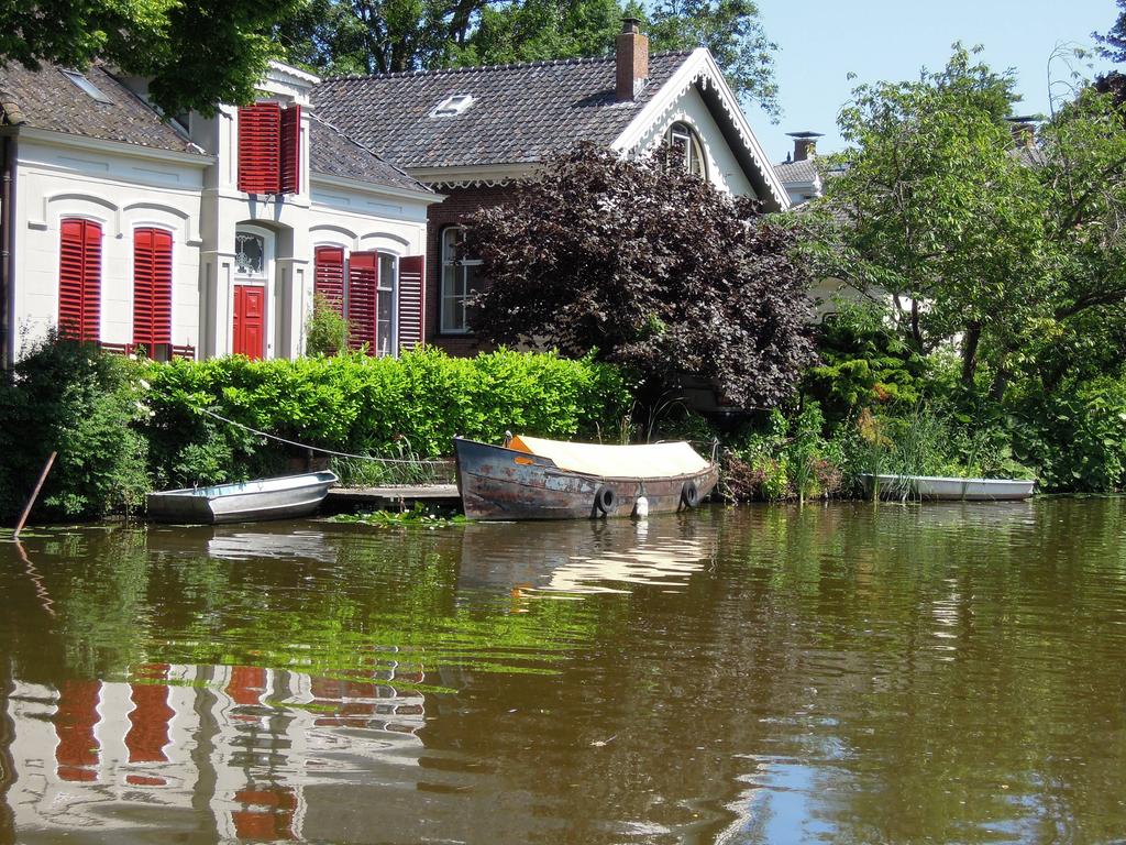 Kanal mit Booten an der Dollard-Route