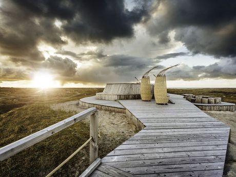 Schwarze Wolken über der Thalasso-Plattform auf Norderney