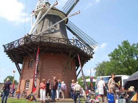 Menschen auf einer Veranstaltung vor der Mühle im Kurpark Bad Zwischenahn