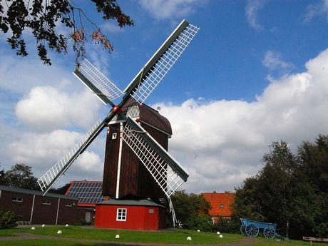 Außenansicht der Dornumer Bockwindmühle