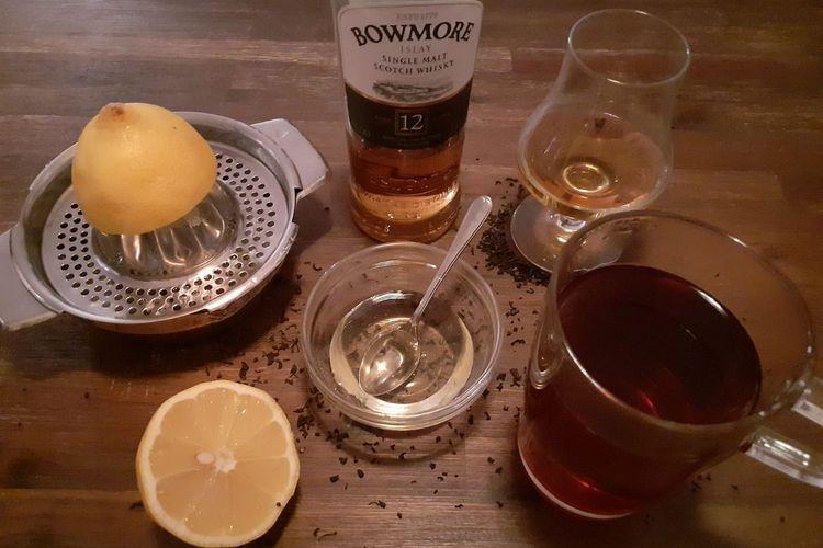 Die Zutaten Zitrone, Honig, Ostfriesentee und Whiskey für schottischen Hot Toddy