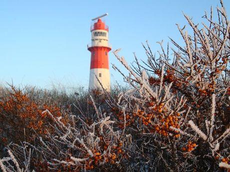 Frostiges Borkum mit Blick auf den Leuchtturm
