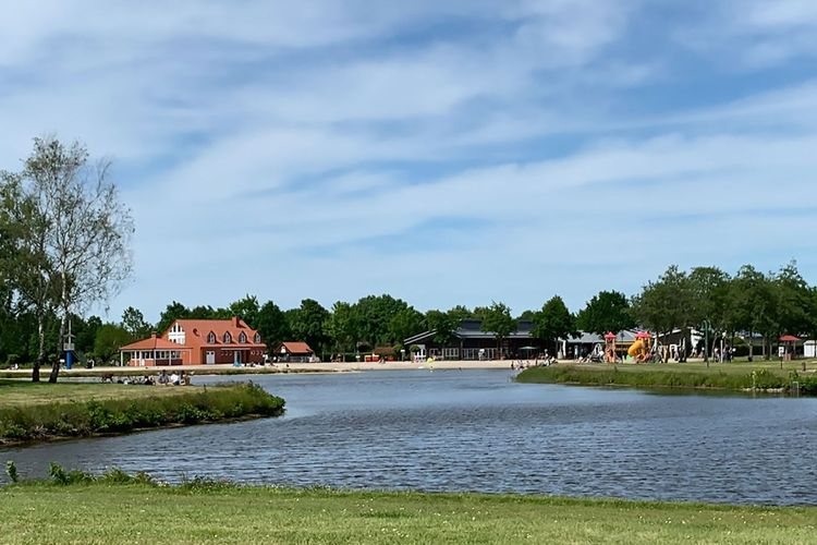 Blick über den See auf den Ferien und Sportpark Ihlow